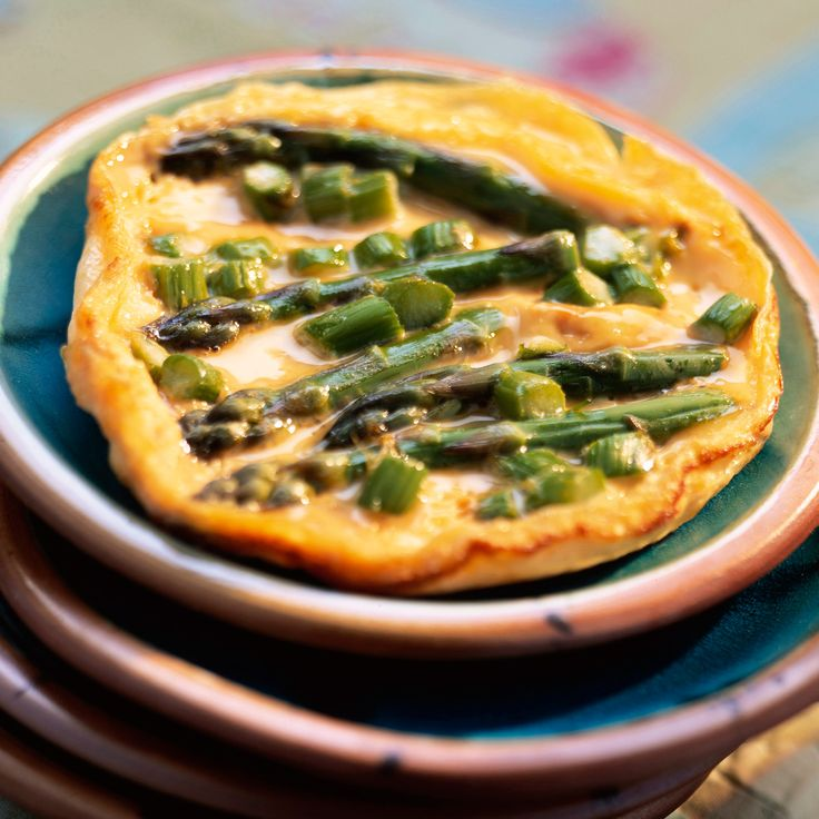 Découvrez la recette Omelette aux asperges vertes sur cuisineactuelle.fr.