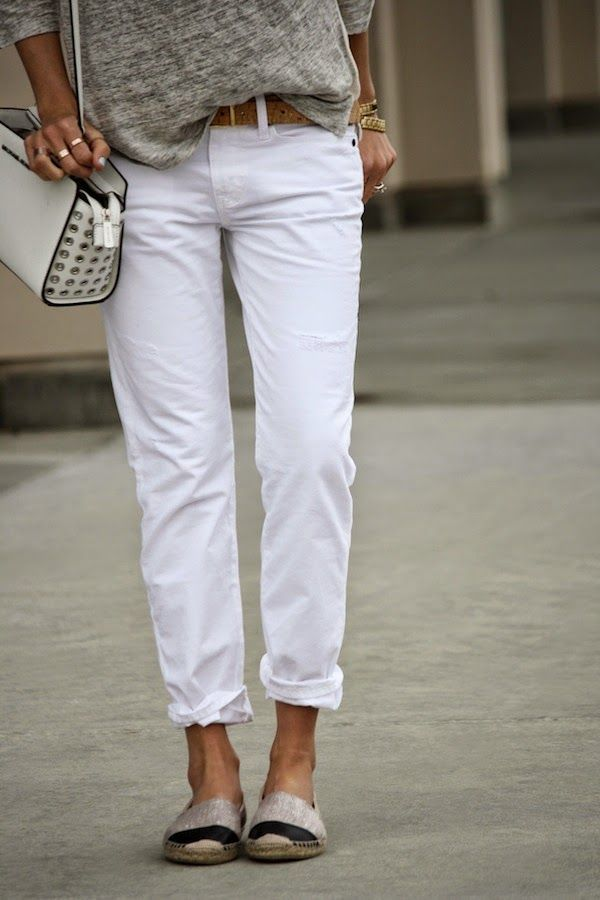 Summer style: white slightly sloughcy boyfriend jeans, tee & espadrilles