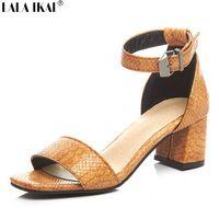 LALA IKAI Змея сандалии для женщин 5 см Толстая med каблуки пряжка ремешка летняя обувь для женщин сандалии Гладиаторов XWF1186