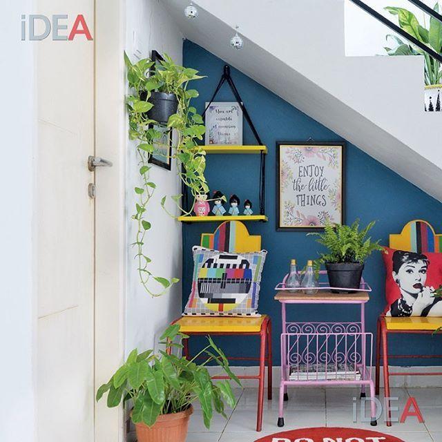 Ruang bawah tangga jangan dibiarkan nganggur. Tambah set meja kursi ramping, pajangan dinding, dan tanaman. Jadi deh sudut cantik untuk santai atau membaca! Kalau kamu, dijadikan apa ruang bawah tangga di rumahmu? Share di komen ya... . Inspirasi lain dari rumah ini bisa dibaca di iDEA Januari! . #idea164 #ideamagazine #ruangbawahtangga #desainrumah #homedesign #roominspiration #interiordesign #desaininterior