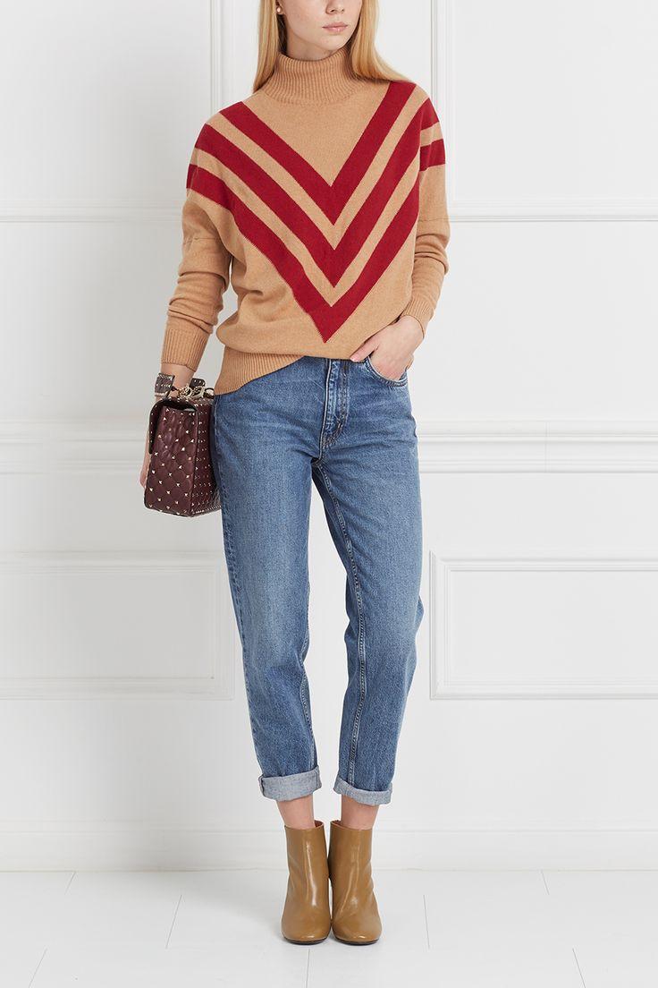 Светло-голубые джинсы из коллекции бренда MiH Jeans. Классическая слегка зауженная модель отлично сидит по фигуре. Базовая вещь для любого повседневного гардероба. Носить можно с самой разной одеждой – от яркого эффектного свитшота до однотонной шелковой блузки.