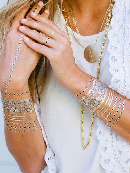 Flash Tattoos im Schmuck-Look sind DER Trend des Sommers. Wir haben die Aufklebe-Juwelen in Gold und Silber getestet - und verraten, wie lange sie wirklich halten. Und was sie gar nicht vertragen.