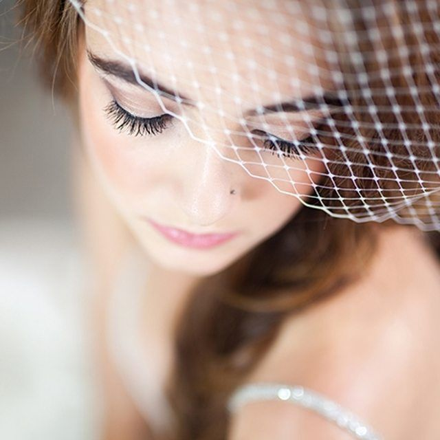 A beautiful birdcage veil is the perfect way to accent your gorgeous and glowing wedding makeup. Xoxo @weddingchicks PC: @urbansafariphotography #instafollow #makeup #wedding #veil