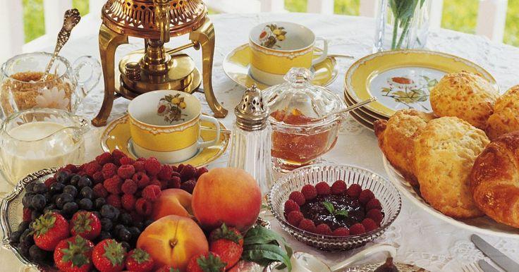 O que comer com o autêntico chá inglês? . O chá se originou na China há mais de 4.000 anos. Quando chegou na Inglaterra, havia apenas duas refeições, café da manhã e jantar. O chá foi uma bebida revolucionária, trazendo um lanche para a Era Victoriana na Inglaterra. Mesmo no começo, não era servido sozinho. Guloseimas salgadas, doces e apimentadas são servidas com ele.