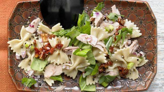 Super leichter Salat für jeden Anlass: Thunfisch-Nudelsalat mit getrockneten Tomaten und Rucola | http://eatsmarter.de/rezepte/thunfisch-nudelsalat