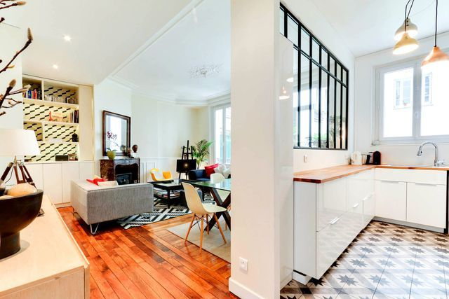 Petite cuisine donnant sur le salon, carreaux de ciment et plan de travail en bois