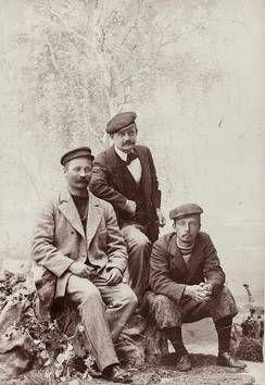 Ystävykset I.K. Inha, Jean Sibelius ja Eero Järnefelt yhteiskuvassa vuonna 1898. (AAMU NYSTRÖMIN TESTAMENTTILAHJOITUS, SUOMEN VALOKUVATAITEEN MUSEON KOKOELMAT)