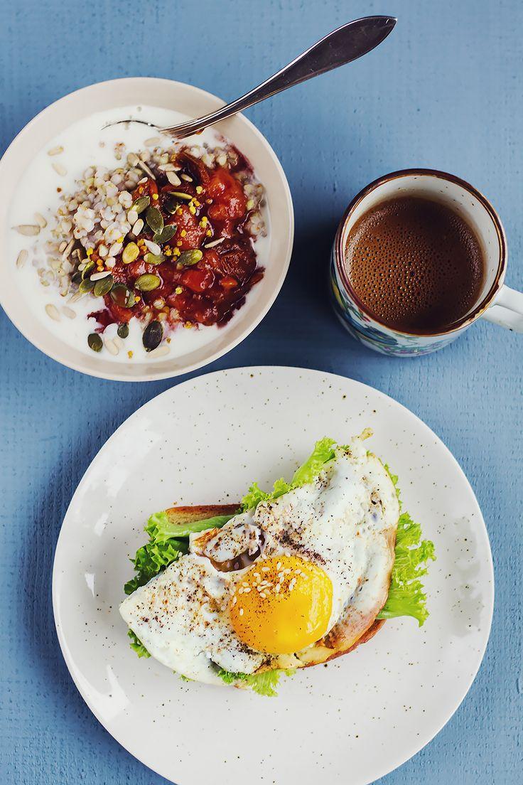 Bovetegröt, plommonkompott, stekt ägg och kokoskaffe