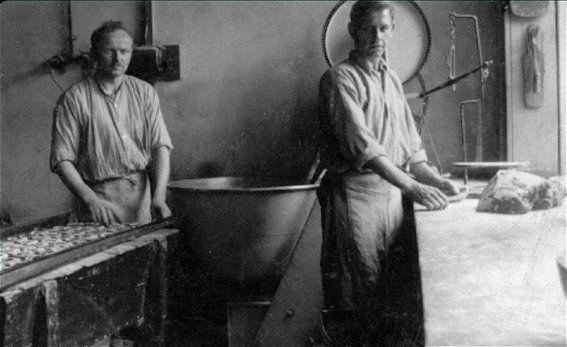 In de bakkerij met het kneden van het brood.