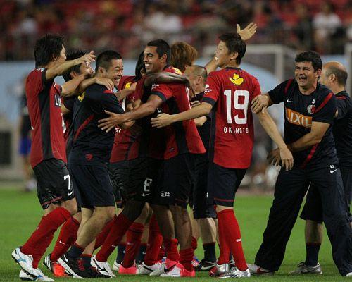 スルガ銀行チャンピオンシップ 2012 IBARAKI 鹿島 vs ウニベルシダ・デ・チリ PK戦の末に勝利をつかんだ鹿島の選手達。勝利の喜びをベンチの選手、スタッフと共に分かち合った。
