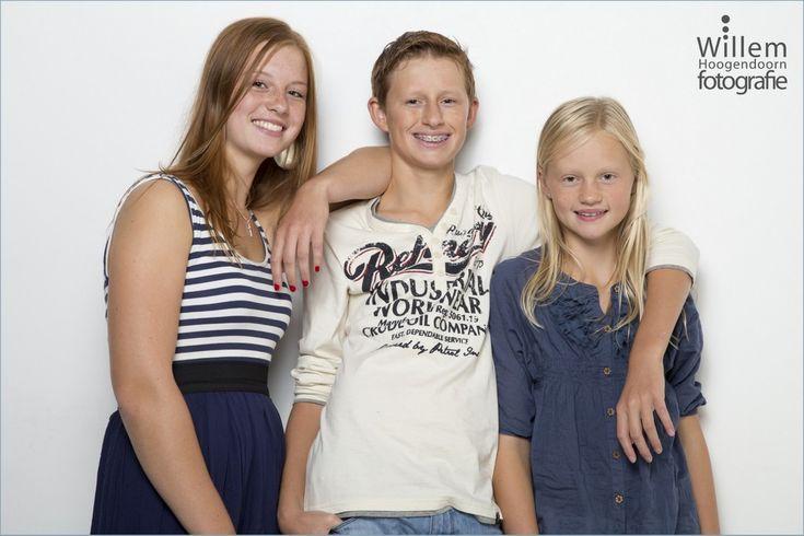 Stoere familiefotografie van gezin, broer en zusjes in mijn fotostudio in Woerden (Willem Hoogendoorn Fotografie)