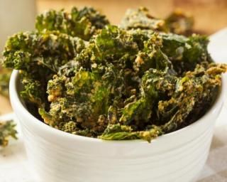 Chips de kale diététiques : http://www.fourchette-et-bikini.fr/recettes/recettes-minceur/chips-de-kale-dietetiques.html
