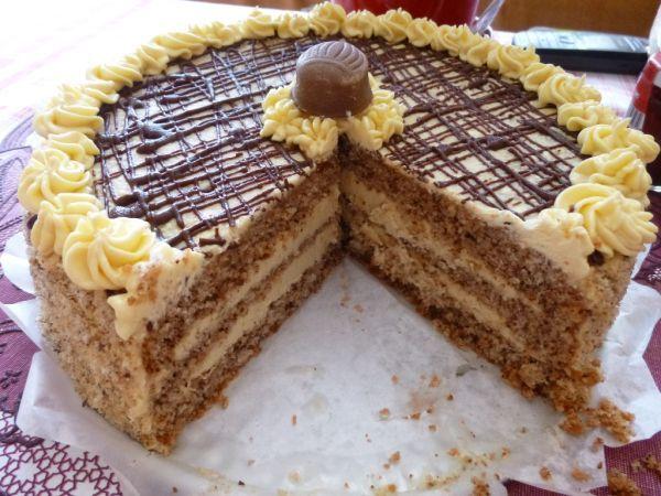 Orechová torta s karamelovo-kávovou náplňou - Recept pre každého kuchára, množstvo receptov pre pečenie a varenie. Recepty pre chutný život. Slovenské jedlá a medzinárodná kuchyňa