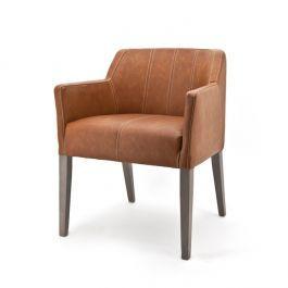 Super hippe eetkamerstoel met lage rugleuning. Een echte lifestyle stoel met strakke lijnen en grijze houten poten. De lichte stiknaden geven een leuk contrast met de cognac kleurige bekleding. Een echte eye-catcher voor in huis en een genot om op te zitten.
