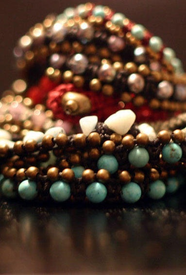 Pulseras hechas a mano con piedras,cristales, cuentas de metal y plata tejidas con hilos de algodón y cáñamo.Precio: 25€/ 35€