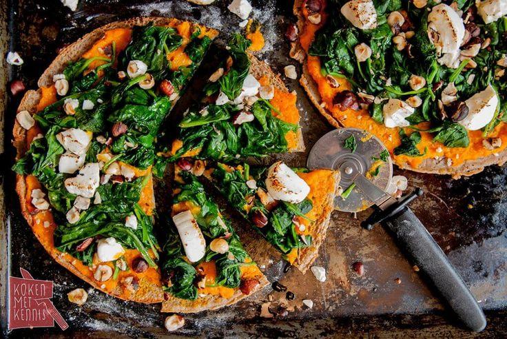 Deze hartige pannenkoekjes beleg je met pompoen, spinazie, geitenkaas en noten en je hebt een heerlijke maaltijd vol smaken en structuren.