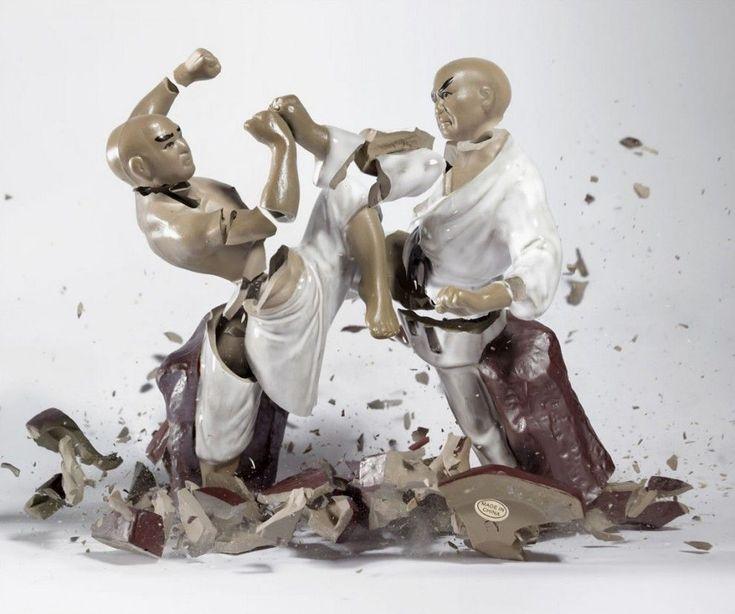 Porzellanfiguren / Martin Klimas  Hautes de 3 pieds, ces figurines de porcelaine en tombant sur le sol déclenchent un processus de prise de vue en très haute vitesse mis en place par le photographe allemand Martin Klimas. Les photographies de leur destruction ont un fort caractère narratif .