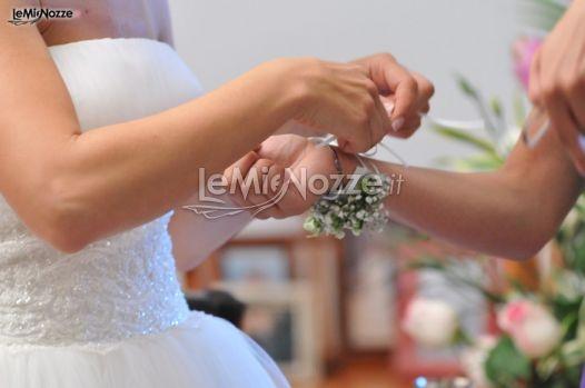 http://www.lemienozze.it/gallerie/foto-fiori-e-allestimenti-matrimonio/img27801.html  Braccialetto di fiori per la damigella d'onore.