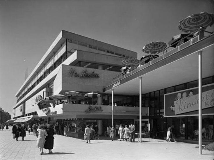 Binnenwegplein. Door het bekende Rotterdamse architectenbureau Van den Broek en Bakema werd net na de oorlog dit warenhuis aan het Binnenwegplein ontwikkeld. Het bevatte aanvankelijk drie afzonderlijke winkels: warenhuis Ter Meulen, damesconfectiezaak Wassen en schoenenwinkel Van Vorst.