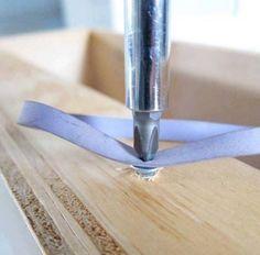 Du kannst eine Schraube nicht mehr drehen, weil der Schraubenkopf rundgedreht ist? Nimm ein Gummiband zu Hilfe und Du kannst die Schraube wieder greifen.