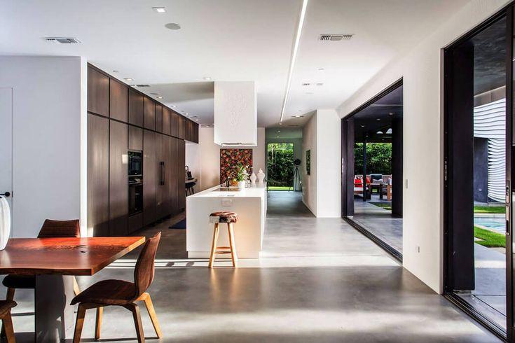 Un sol en béton ciré, un design intérieur minimaliste et beaucoup de lumière diurne