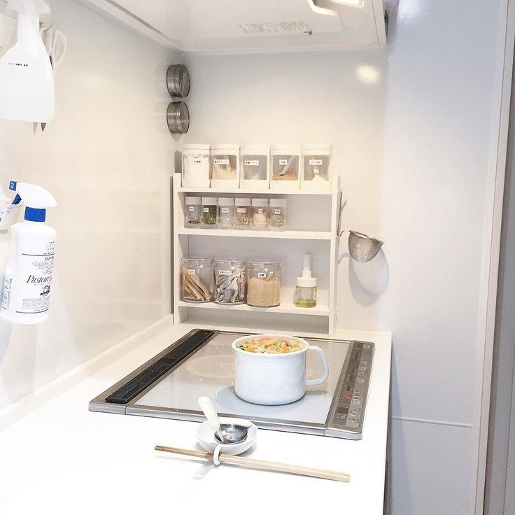 #味噌汁 #朝時間を楽したい 2015.11.08 *  明日の朝の味噌汁作り。 *  我が家のお味噌汁鍋。 野田琺瑯の丸型ストッカーLサイズ。 ※ 調べたら現在はAmazonで2千円くらい。 *  1.5リットル入ります。 4人家族の一食分の汁物には丁度いい◎ *  夕食が終わって後片付け後に朝食用の味噌汁を、味噌を溶く前まで作っておきます。 密閉出来る蓋が付いているから、 夏場は朝まで冷蔵庫へ。 *  朝は温めて、味噌を溶いたら食卓へ。 *  具沢山の味噌汁が好きだけど、 朝最初から作ると煮る時間がかかるし。 明日のお味噌汁は… 里芋、人参、小松菜、お揚げ、お豆腐。 野菜は夕飯準備でついでに切っておいた野菜をポンポン入れたら手軽😁❤️ . .