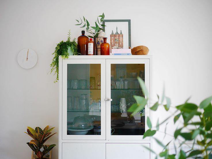 In mijn nieuwe huis zette ik snel allemaal spulletjes bóvenop mijn vrij hoge dokterskast: het is een mooie hogere plek voor decoratie. Ik geef inspiratie!