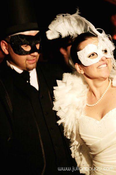 """Bousi Fotografias """"A la la ôôôôôôô, mas que calor ôôôôô!"""" Hahahaha!! Alôu queridas! Que tal aproveitarmos o ritmo de carnaval e aprendermos a fazer aquelas mascaras da moda (Caaaaaaaaaaras) que estão sendo muito utilizadas nas festas de casamento? Hein hein hein? Tutorial: Como fazer tudo em artezanato. Tomem Nota! Material Gaze engessada Tubo de vaselina …"""