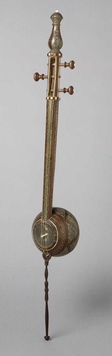 KAMANCHE  Kamanche, ca. 1880  Iran (Tehran)  Wood, metal, bone, gut. El kamanche es un instrumento de cuerda frotada originario de Persia. Es utilizado en la música tradicional clásica de Irán, Armenia, Azerbaiyán, Uzbekistán, Turkmenistán y en la región del Mar Negro, con ligeras variaciones en la estructura del instrumento. En Cachemira es conocido como «saz-i Kashmir» («saz de Cachemira»).  Tradicionalmente, el kamanchí tiene tres cuerdas de seda, pero el moderno tiene cuatro cuerdas de…
