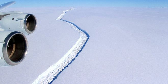 A folyamat azonban felgyorsult, már csak 20 kilométernyi jég tartja a tömböt, ami így bármikor elvál
