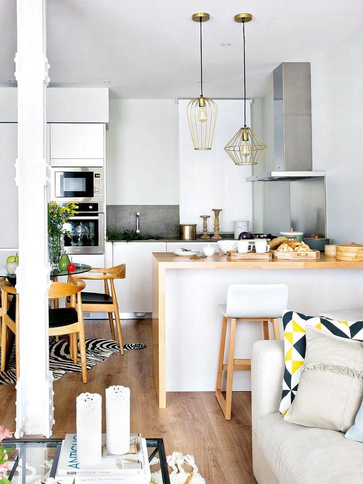 Une petite #cuisine #ouverte sur le #salon ! #appartement #petit #blanc #bois #moderne #déco #décoration http://www.m-habitat.fr/par-pieces/cuisine/amenager-une-petite-cuisine-2617_A