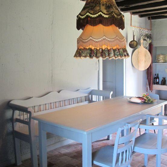 De gezellige woonkeuken nodigt uit tot urenlang tafelen, onder de vintage lampenkappen