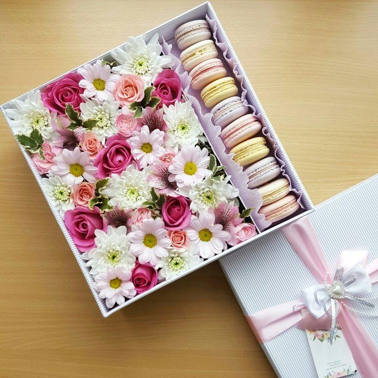Подарочная коробочка с цветами и макаронс. Для заказа www.pidu24.eu  Lilled karbis macroonidega.