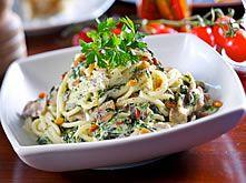 Spaghetti met romige saus op basis van andijvie ipv spinazie. Net zo lekker!! Met champignons en ik voeg nog spekjes toe.