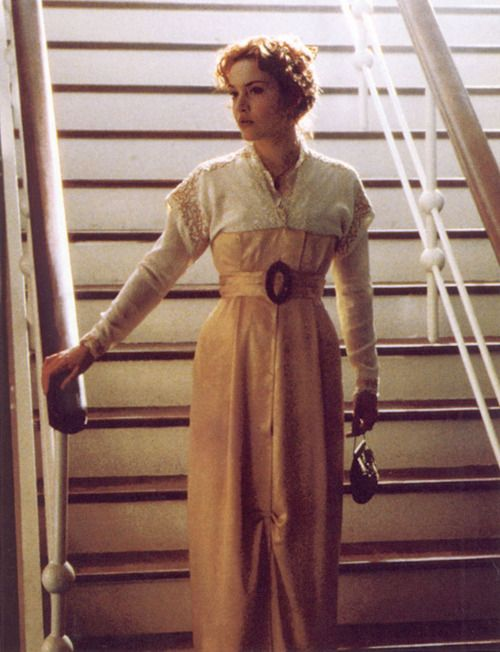 Titanic Costume - In the photo attached, character Rose is wearing a early 20th century tea dress