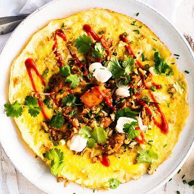 Den asiatiska chilisåsen och en burk rostad lök är perfekta räddare i kylen när man snabbt behöver extra knorr på maten. Från skafferiet hämtar du en burk makrill i tomatsås. Sedan svänger du ihop omelett och toppar med de tre kökshjältarna.