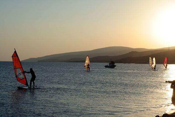 Gökçeada Aydıncık Plajı: Aydıncık (Kefaloz) Plajı Gökçeada'nın günübirlik tesisi olan tek plajı. Plaj 1200 mt. uzunluğunda altın rengi kumsaldan oluşuyor. Yazın adada en çok tercih edilen plaj burası.  Plajda konaklama tesisleri bulunuyor. Hepsinde sabahtan akşama kadar yemek servisi bulunuyor. Çoğu kamp-pansiyon hizmeti ve özel sörf dersleri veriyor. (Gökçeada, Türkiye)