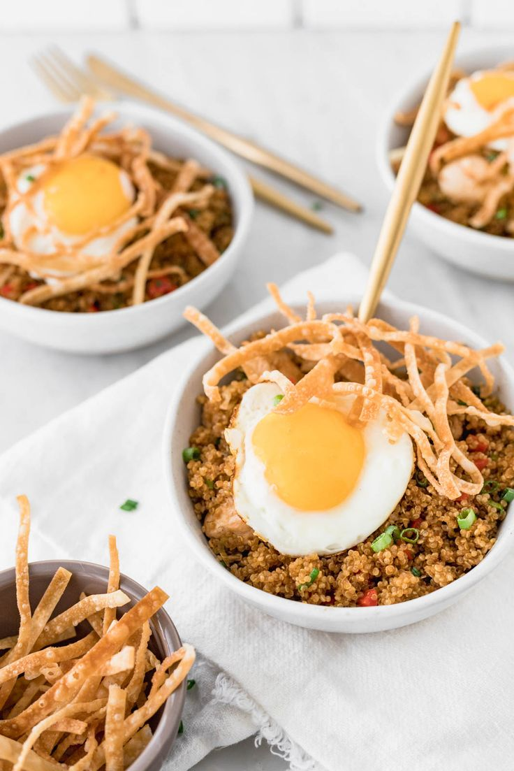 """Chaufa"" is the name of the Peruvian-Chinese fusion of fried rice. I loooove it even more when it's done as a quinoa chaufa instead. Clean Eating Rules, Quinoa Fried Rice, Gluten Free Menu, Peruvian Recipes, Family Meals, Cravings, Food Photography, Healthy Eating, Healthy Meals"