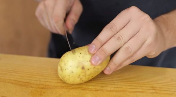 A great trick to peel potatoes.