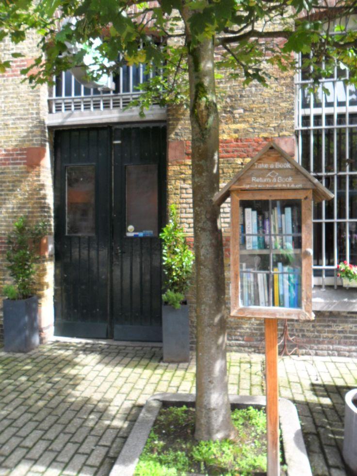 Boekenhuisje bij Café De Bak, Blokhuispoort, 2e binnenplein.