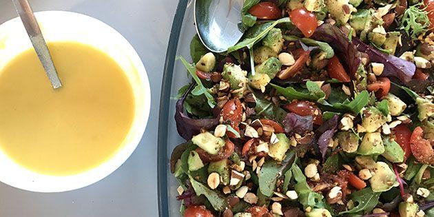 Super simpel og skøn salat med avocado, tomat og en dejlig dressing.
