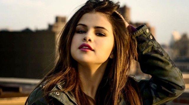 Sebelum Konser Selena Gomez Nikmati Suasana Mal di Jakarta : Sebelum menggelar konser penyanyi Selena Gomez terbiasa berbelanja di mal. Itu pula yang diperlihatkan remaja belia ini saat tiba di Jakarta