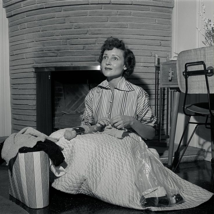 35 fabulous vintage photos of betty white at home in. Black Bedroom Furniture Sets. Home Design Ideas