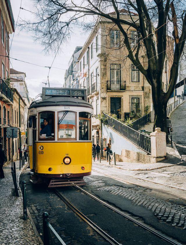 Le fameux tramway 28, meilleur moyen de découvrir la ville.