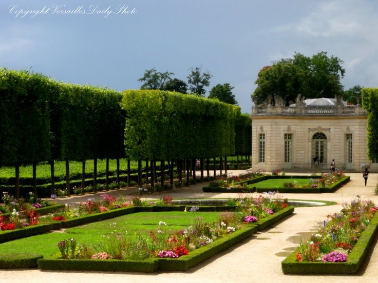 Versaillesdailyphoto petit trianon pavillon fran ais for Jardin versailles