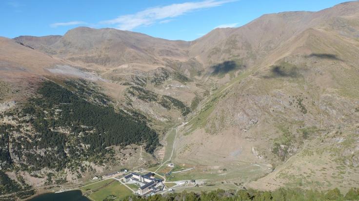 Vista de la Vall de Núria amb el Pic de Segre, i Pic de Finestrelles a davant