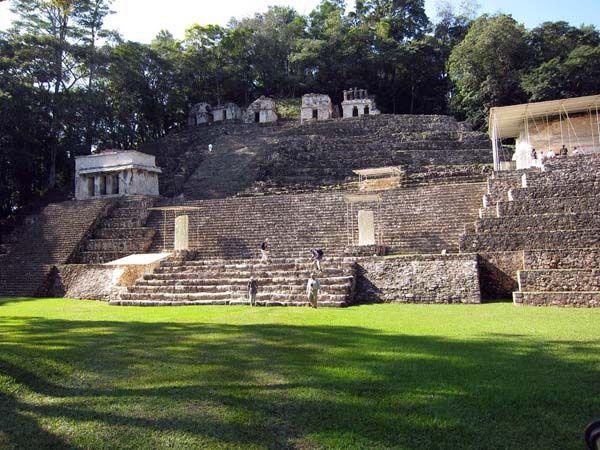 Esto es las ruinas de Bonampak. Es en Chiapas. Que fue construido por los mayas. Hay muchas pinturas en las ruinas.