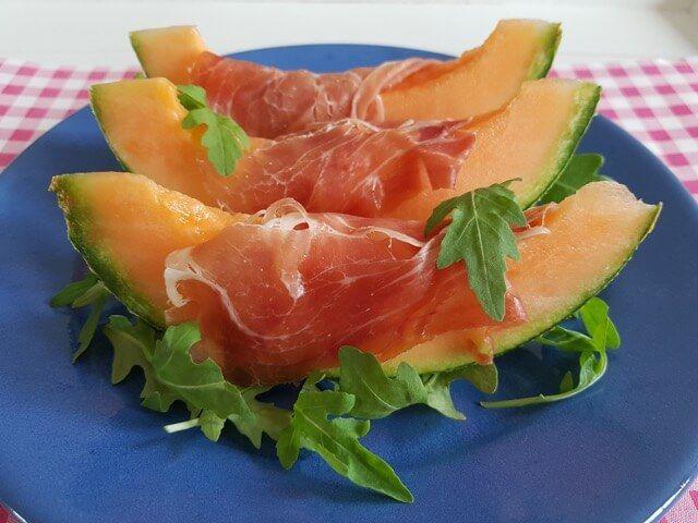 Parmaham met meloen is een van de bekendste Italiaanse antipasti recepten. Bekij…