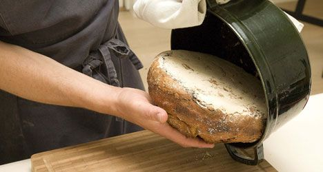 Bag nemt brød i gryde