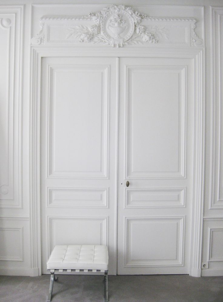 Classical Parisian interior combined with Mies van der Rohe, NP apt in Paris
